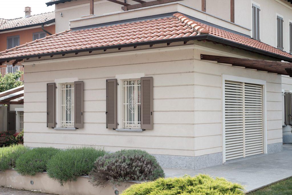 installazione serramenti in legno e frangisole griesser per un progetto di ristrutturazione residenziale realizzato da Aluser