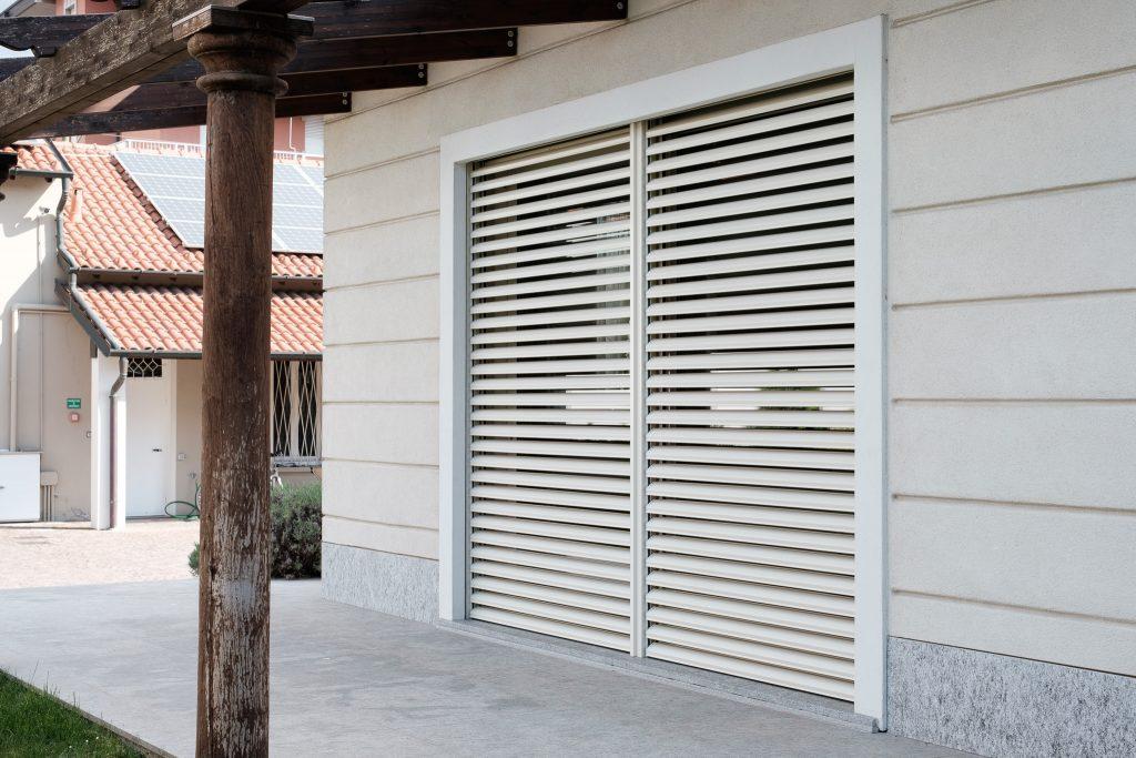 frangisole griesser installati da Aluser per una ristrutturazione industriale insieme a dei serramenti in legno