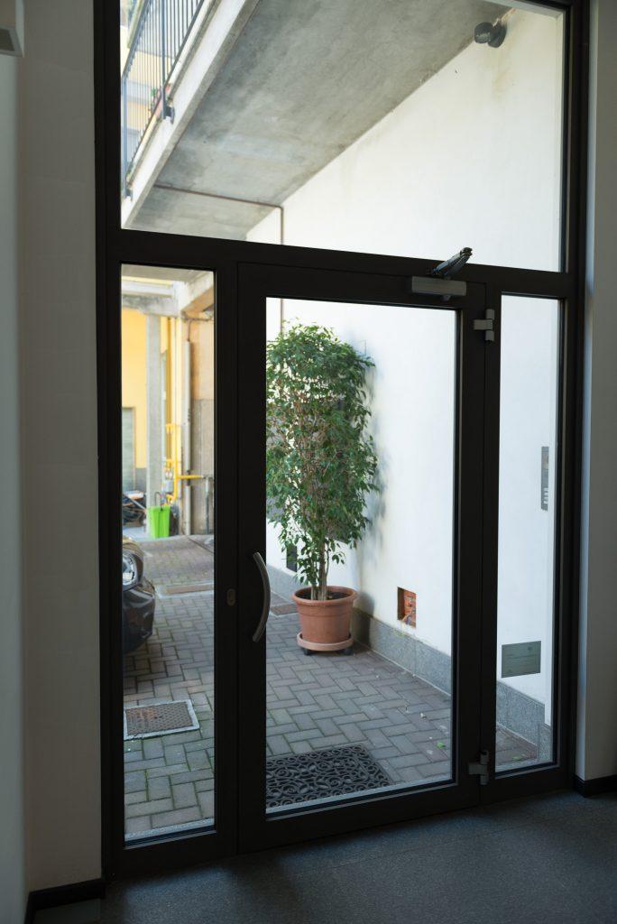 porta d'ingresso per negozi in alluminio prodotta da Aluser