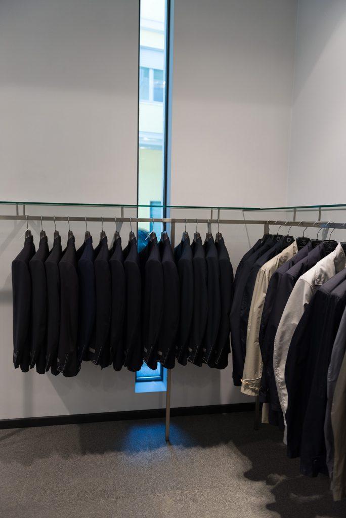vetrine in ferro per negozi dal telaio sottile per massimizzare la superficie vetrata prodotte da Aluser