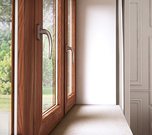 Serramenti in Alluminio-Legno con Maniglie Argento Satinato per Case dal Design Classico ed Edifici Storici