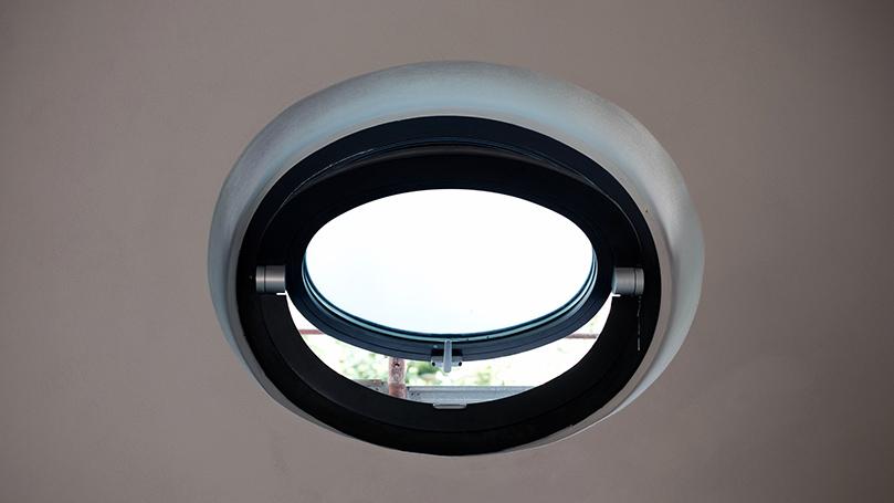 Serramenti Curvi o Oblò in Alluminio Grigio Marezzato per Ristrutturazioni di Edifici Classici e Storici e Interni Moderni