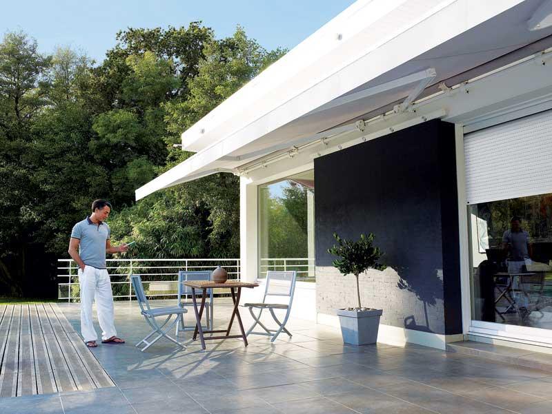 tende da sole installate su un terrazzo di casa moderna