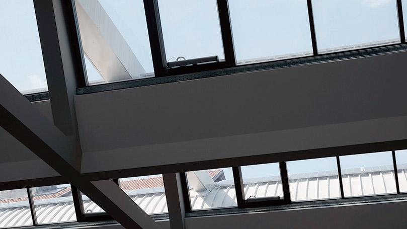 Lucernari in Alluminio Grigio Marezzato con Infissi Motorizzati per Recupero di un Edificio Industriale