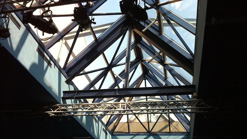 Lucernari in Alluminio per Edificio Dedicato allo Spettacolo con Infissi Apribili Verso l'Esterno