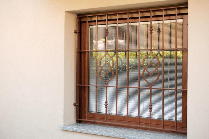 grata in ferro battuto e finestra in alluminio tinta legno prodotta e installata da aluser