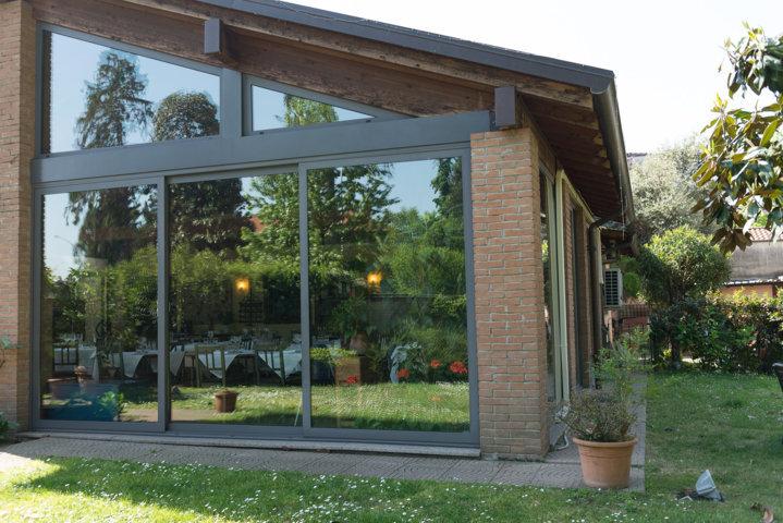 infissi scorrevoli schuco per una veranda in alluminio e vetro