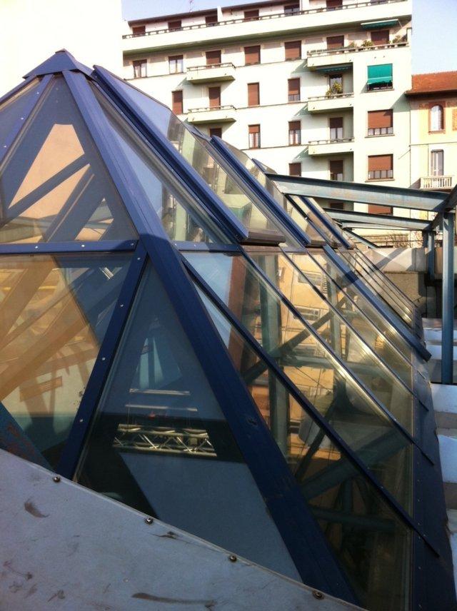 lucernario tetto del blue note di milano con aperture elettrificate per aerazione naturale