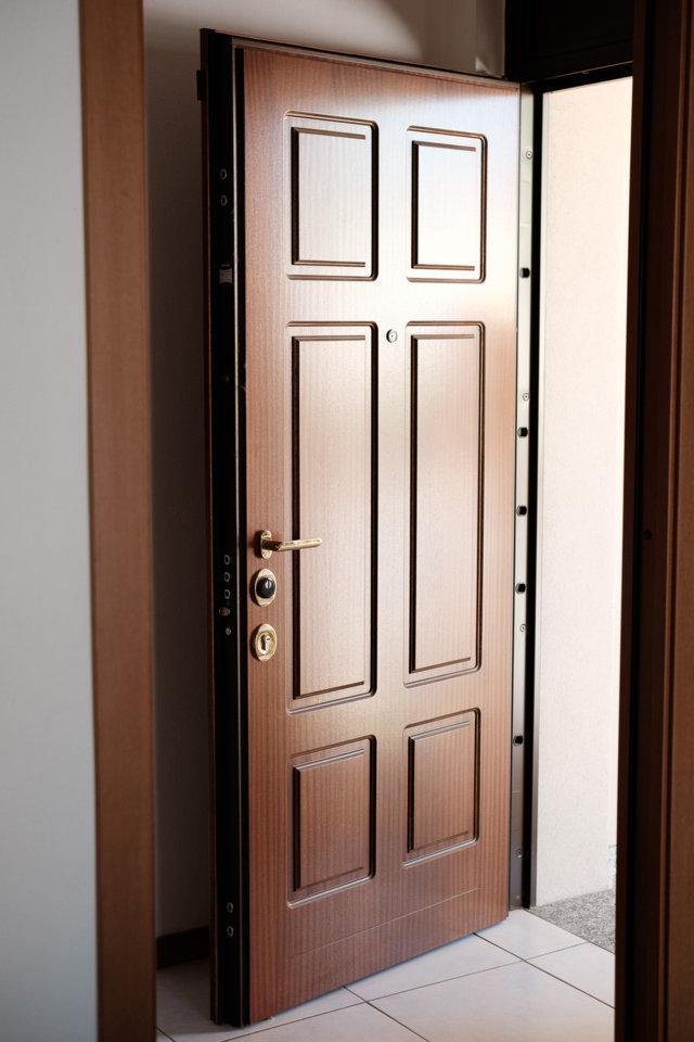 porta blindata con pannello tinta legno bugnato installata da aluser