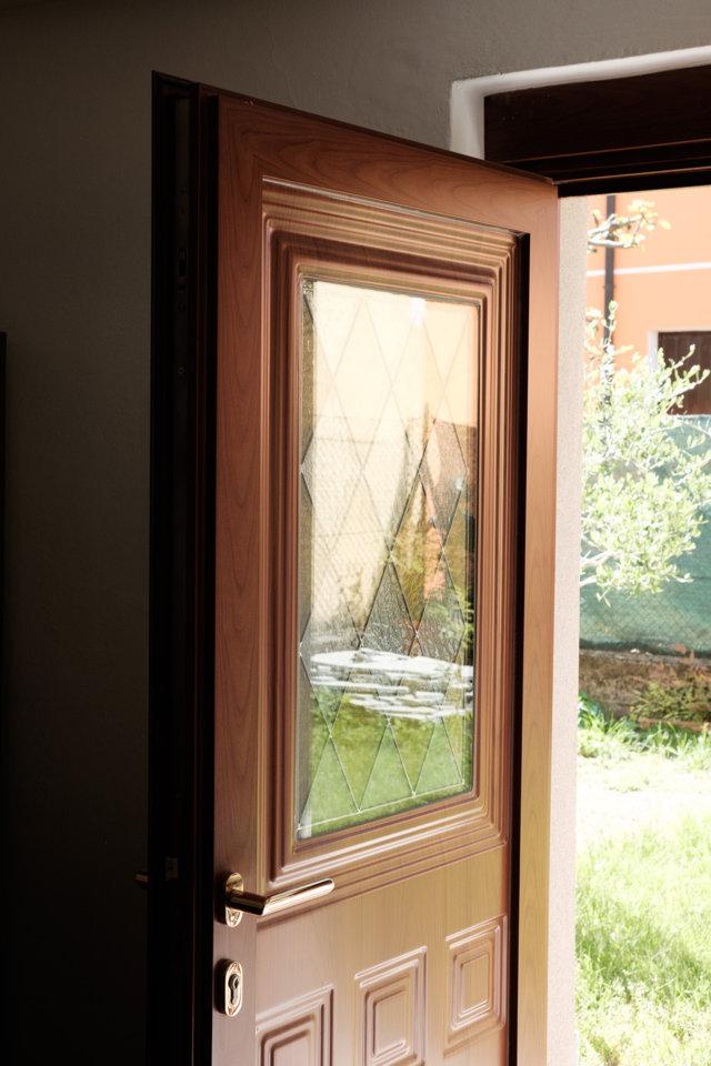 portoncino ingresso residenziale con pannello bugnato e decoro in vetro prodotto e installato da aluser