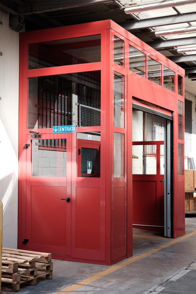 bussola d'ingresso in alluminio per un capannone industriale realizzata da aluser
