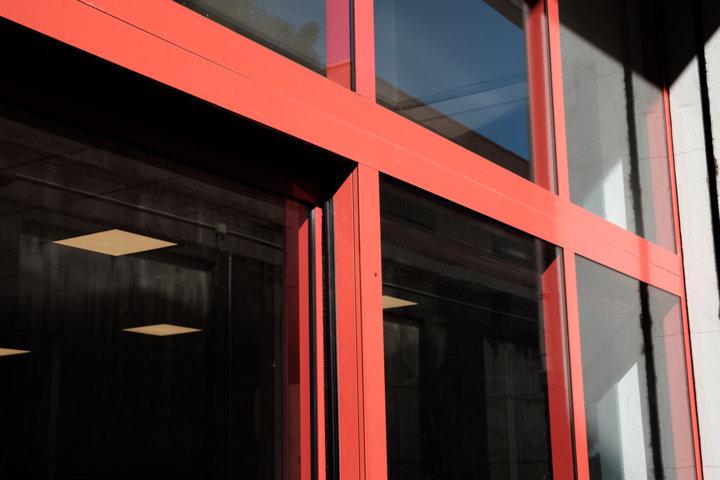 dettaglio bussola d'ingresso in alluminio a taglio termico realizzata da aluser