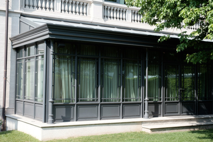 detail of the iron veranda in English style in anthracite grey colour produced and installed by Aluser Srl for the Reti Spa campus.