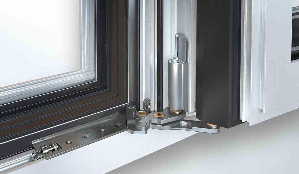 sistema a cerniere integrate per i serramenti schuco per una massima pulizia visiva