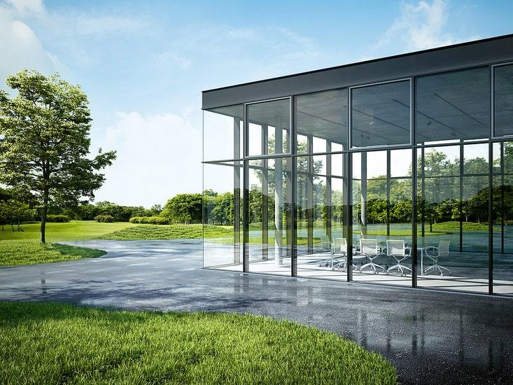 facciate schuco di design in un edificio vetrato circondato dal verde