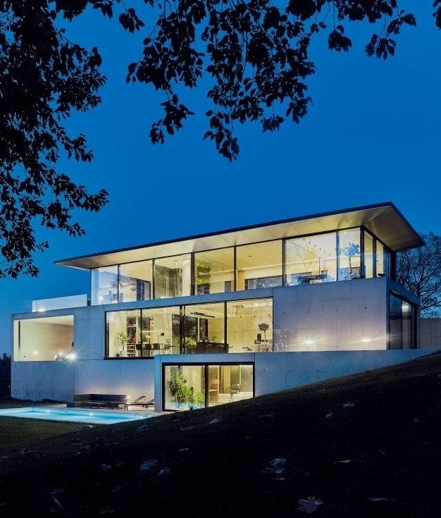 finestre in alluminio schuco per una villa di lusso moderna