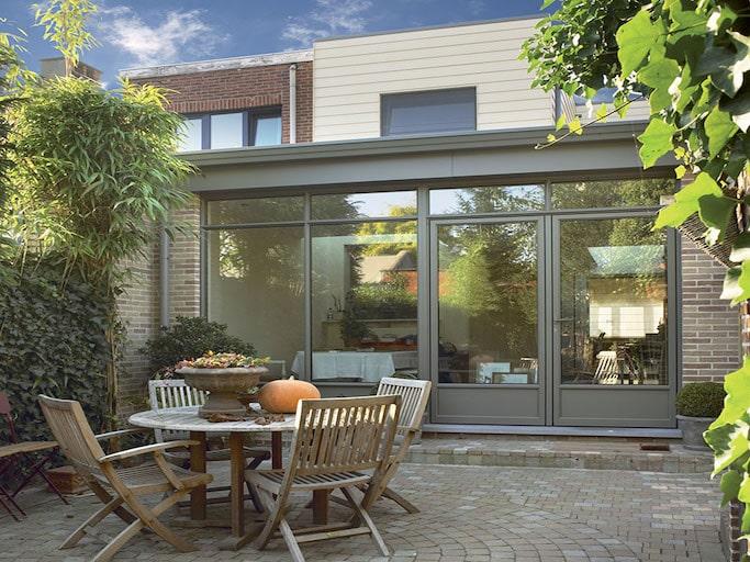 finestre spi modello alucompact assemblate nel retro di una casa con affaccio su giardino