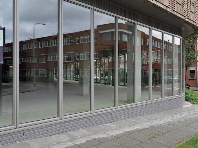 esterno di uno showroom con finestre alucompact di infissi spi