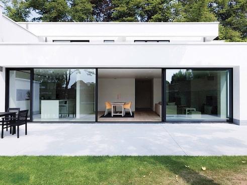 casa moderna di lusso con gli scorrevoli di finestre spi